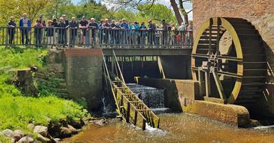"""An der Eitzter Wassermühle trafen sich mehr als 40 Wanderfreunde, um gemeinsam den etwa elf Kilometer langen Nordpfad """"Zwei Mühlen"""" zurückzulegen."""