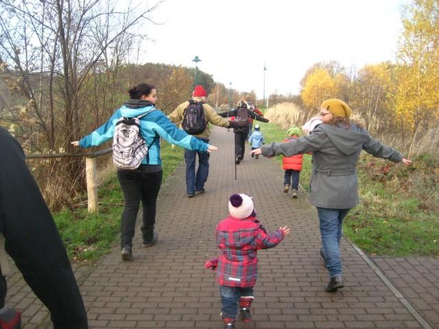 Spielen auf der Familienwanderung