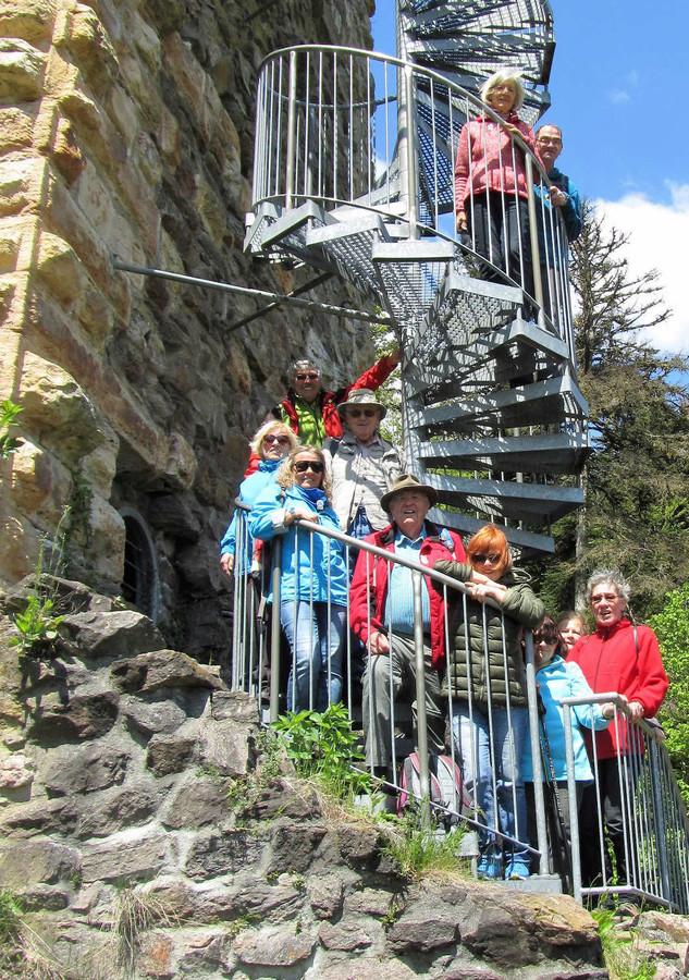 Die Donnerstagswandergruppe des Schwarzwaldvereins Ortsgruppe Bad Säckingen wanderte aus zwei verschiedenen Richtung zur Burgruine Wieladingen.