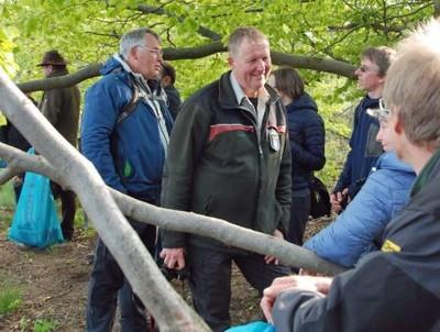 """Um den Naturschutz ging es bei der Veranstaltung """"Geocaching mit dem Förster"""" in Nordhessen. Dort erklärte der Förster und DWV-Naturschutzwart Theo Arend Wanderern und Geocachern zudem die Effekte des Natursportes im Wald. Und nebenbei sammelten alle Teilnehmerinnen und Teilnehmer am Wegesrand zusammen Müll auf."""